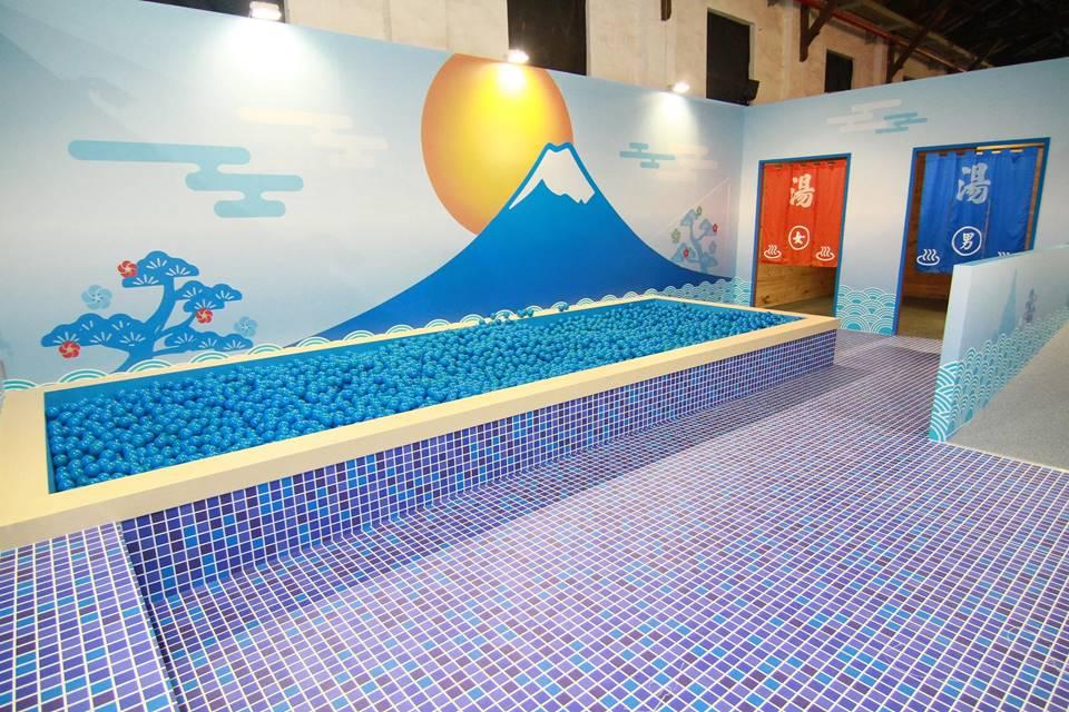 療癒疲憊的藍色球池澡堂
